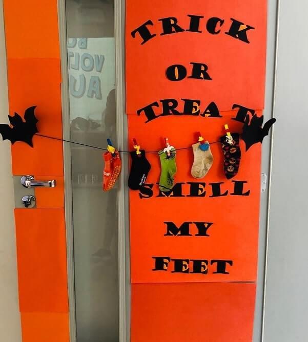 diy halloween door decorations ideas 9